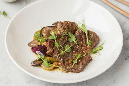 Стейк из мраморной говядины с овощами