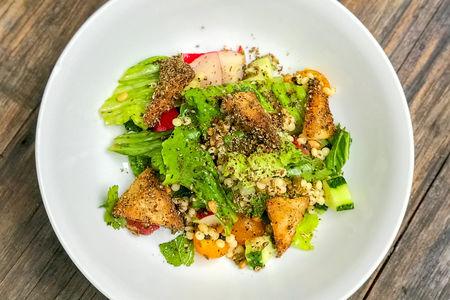 Салат из свежих овощей с израильским кускусом и кедровыми орехами