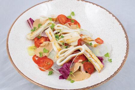Салат с кальмаром на гриле и дайконом