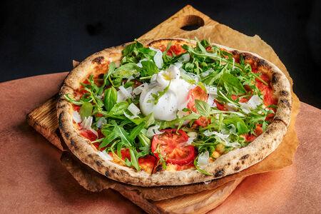 Пицца с бурратой, свежими томатами и рукколой
