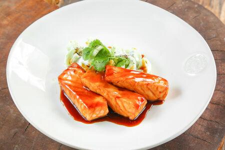 Лосось терияки с салатом из огурца