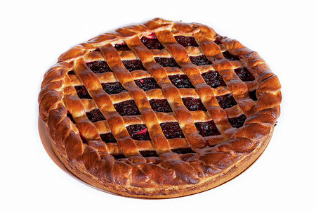 Пирог с брусникой целый