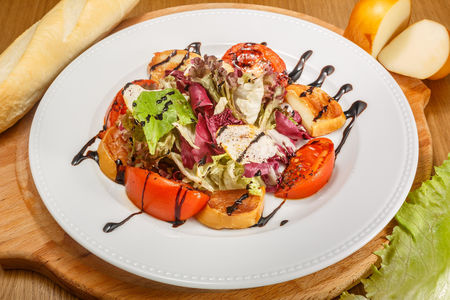 Жареный сыр с чесночными гренками и листьями салата
