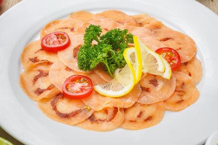 Карпаччо из лосося с вялеными помидорами