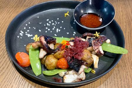 Осьминог гриль с картофелем и трюфельным соусом