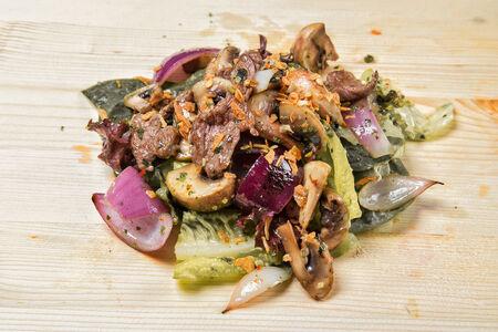 Салат с телятиной и соусом Нам Чим