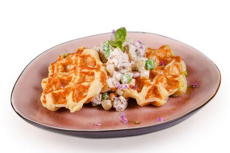 Картофельные вафли с салатом оливье
