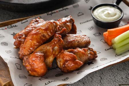 Куриные крылья с соусом
