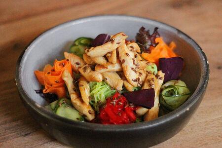 Тайский салат с фунчозой и свежими овощами