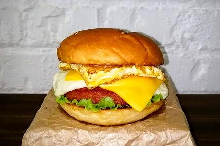 Гамбургер с чеддером, моцареллой и омлетом