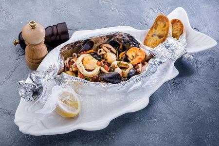 Соте из морепродуктов на сковороде в чесночном соусе
