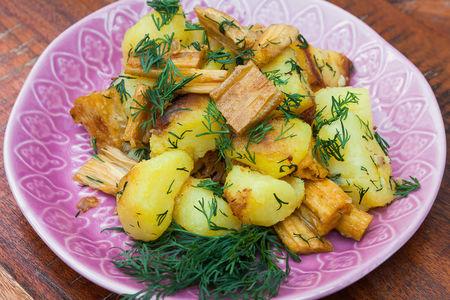 Жареный картофель со спаржей