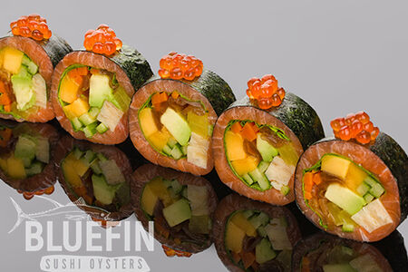 Ролл сашими из лосося с манго, авокадо и маринованными овощами