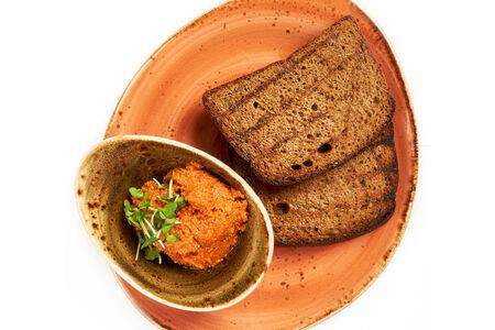 Хлеб с песто из вяленых томатов
