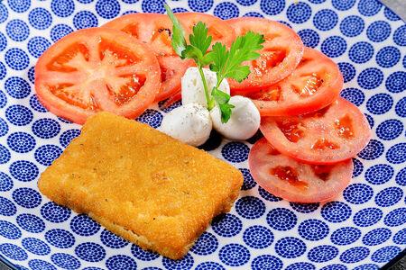 Филе Фиш с салатом Капрезе