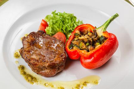 Бифштекс из говяжьей вырезки с рататуем