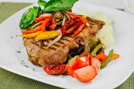 Т-бон стейк с жареным салатом из цукини