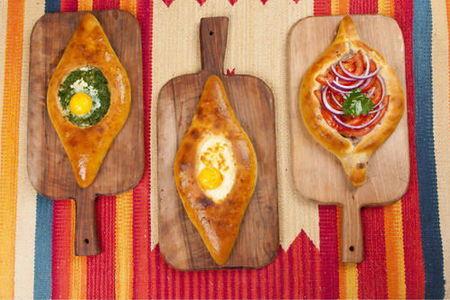 Хачапури по-аджарски со шпинатом, сыром и яйцом