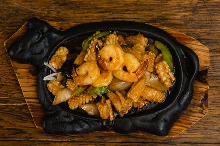 Жареные морепродукты на сковороде