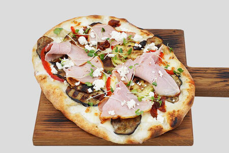 Пиццетта с окороком и вялеными томатами