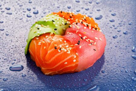 Суши пончик с лососем и тунцом