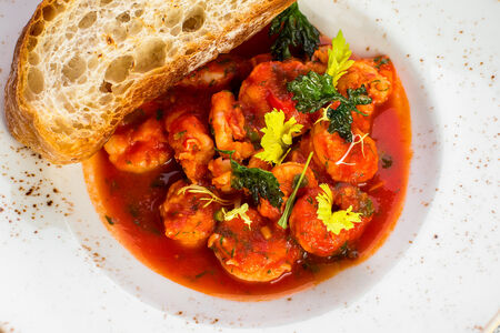 Креветки в пряно-томатном соусе