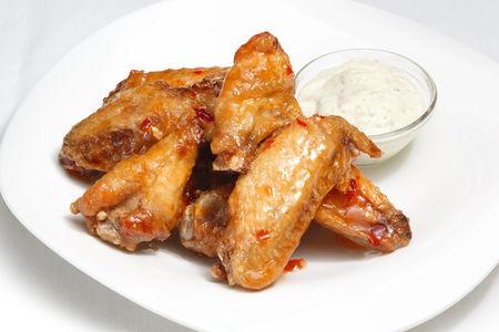 Куриные крылышки с соусом на выбор