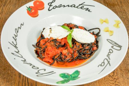 Паста нери с томатами и сыром рикотта