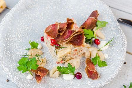Салат с мясом оленя и солёными груздями