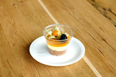 Десерт шоколадный с экзотическими фруктами