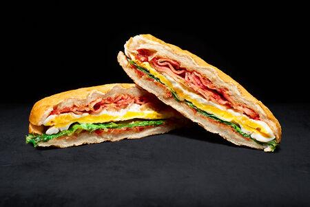 Сэндвич с яйцом и беконом