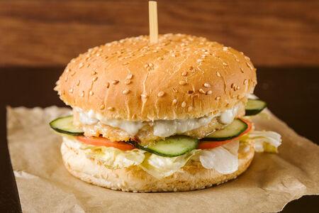 Чикенбургер с соусом блю чиз
