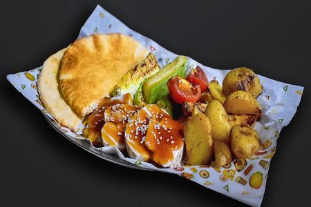 Курица в соусе терияки с кабачками на гриле, картофелем с розмарином и питой