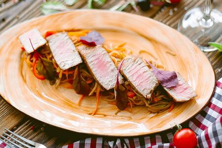 Стейк тунца с гречневой лапшой и овощами