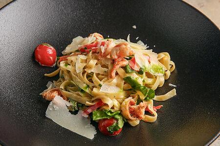 Паста с креветками, шпинатом и рикоттой в сливочном соусе