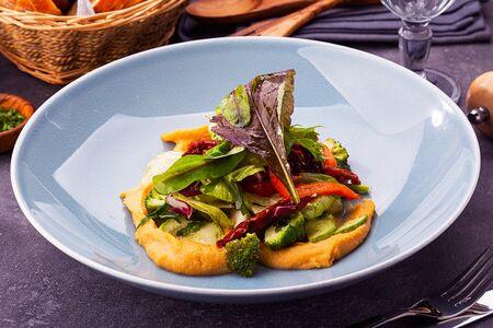 Салат с хумусом и маринованными овощами