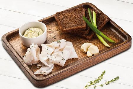 Сало с чесноком и ржаным хлебом