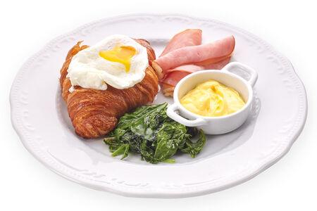 Яйцо пашот на теплом хрустящем круассане с ветчиной и шпинатом