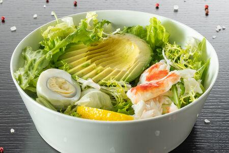 Салат с камчатским крабом, авокадо и лимоном