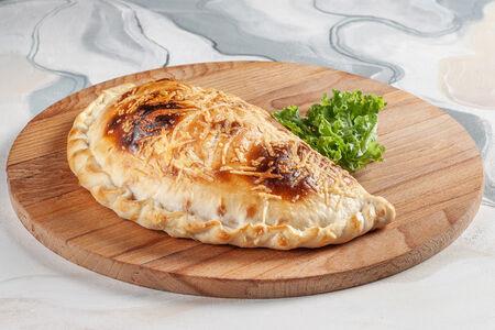 Пицца Кальцоне с рубленым мясом и грибами