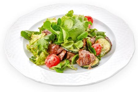 Салат из куриной печени с миксом салатов и томатами черри