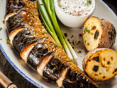 Копченая скумбрия с картофелем на углях