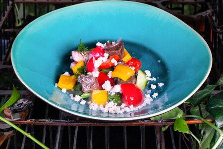 Овощной салат с говяжьими щечками и томатным снегом