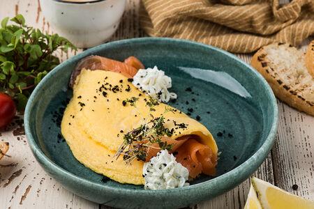 Омлет с лососем шеф-посола и сырным кремом