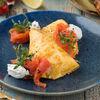 Фото к позиции меню Омлет с нежным копченым лососем и соусом крем-чиз