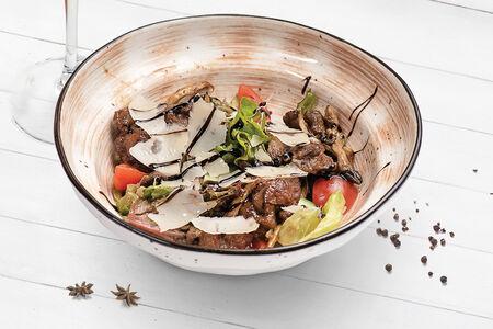 Тёплый салат с куриной печенью, вешенками и сыром Пармезан
