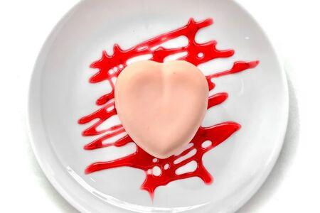 Пирожное сердце с клубникой