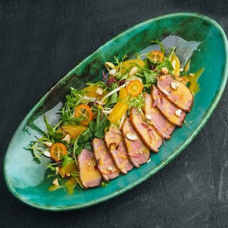 Салат с утиной грудкой с соусом чили-манго