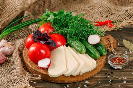 Овощная корзина с сыром Сулугуни
