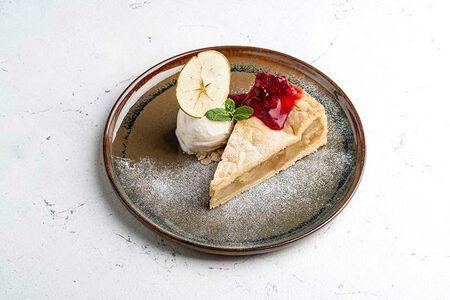 Яблочный пирог с клюквенным соусом